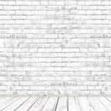 Weißer Backsteinmauerraum mit hölzernem Bodenhintergrund Lizenzfreies Stockfoto