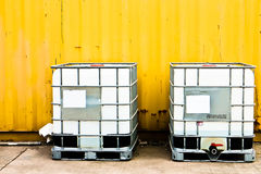 Weißer Behälter und gelbe Fracht Lizenzfreie Stockfotos