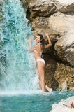 Weißer Bikini und Wasserfall Lizenzfreies Stockfoto