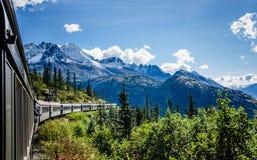 Weißer Durchlauf und Yukon-Weg-Eisenbahn in Alaska Lizenzfreies Stockfoto