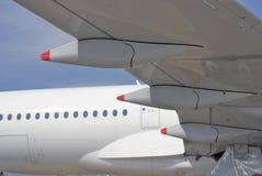Weißer Flugzeugmotor, -flügel und -geschichte Stockfoto