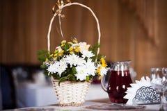 Weißer Hochzeitskorb Stockfotografie