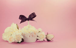 Weißer kleiner Kuchen des Retro- Filters der Weinleseart mit Blumendekoration Lizenzfreies Stockfoto