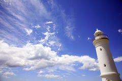 Weißer Leuchtturm mit blauem Himmel Lizenzfreies Stockbild