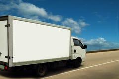 Weißer Lieferwagen, hohes (Himmel) Niveau des Services. Stockbilder