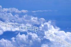 Weißer Pfad, der durch Wolken zu Himmel führt Lizenzfreies Stockfoto