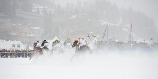 Weißer Rasen in Str. Moritz, die Schweiz Stockfotos