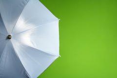Weißer Regenschirm Stockfoto