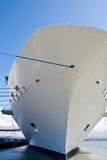 Weißer Rumpf der Cruse Lieferung mit blauem Seil Stockfoto
