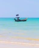 Weißer Sandstrand und Piratenboot Stockfotos