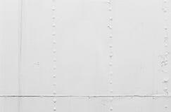 Weißer Schiffsrumpf, Blechtafeln mit Nieten Stockfoto