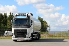 Weißer Volvo-Tankwagen für Lebensmittel-Transport Lizenzfreie Stockfotos