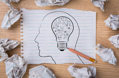 Weißes Anmerkungsbuchpapier mit Glühlampe des Bleistiftabgehobenen betrages innerhalb eines hea Lizenzfreies Stockfoto