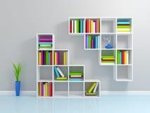 Weißes Bücherregal mit bunte Bücher. Stockbild