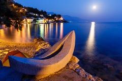 Weißes Boot auf dem Strand und dem Mittelmeer Stockfotos