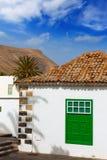Weißes Dorf Lanzarote-Yaiza bringt grünes Fenster unter Stockbild