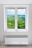 Weißes Fenster der doppelten Tür mit Heizkörper unter ihm. Stockfotos