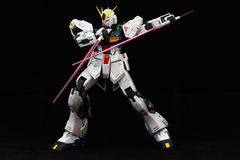 Weißes Gundam mit doppeltem Strahlnsäbel Stockbilder