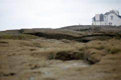 Weißes Haus des vorderen Strandes in Bretagne, Frankreich Stockfoto