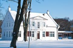 Weißes Haus im Schnee Stockbild