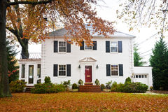 Weißes Haus mit einer roten Tür Lizenzfreies Stockbild