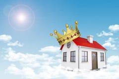 Weißes Haus mit rotem Dach, Krone und Kamin herein Stockfoto