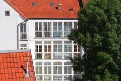 das wei e haus mit einem roten dach stock abbildung bild 49866685. Black Bedroom Furniture Sets. Home Design Ideas