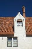 Weißes historisches Haus mit rotem Dach Stockbild