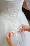 Weißes Hochzeitskleid der Brautbindung Stockbilder