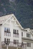 Weißes Holzhaus in Norwegen Lizenzfreies Stockfoto
