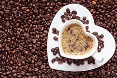 Weißes Kaffeetasseherz geformt mit cappucino Lizenzfreies Stockfoto