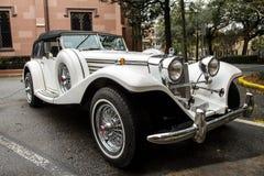 Weißes klassisches Luxussportauto Lizenzfreie Stockfotografie