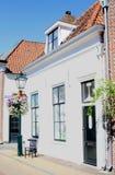 Weißes Reihenhaus der Fassade, Naarden, die Niederlande Lizenzfreies Stockfoto