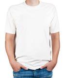 Weißes T-Shirt auf einem jungen Mann Stockbild