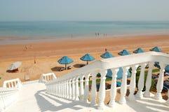 Weißes Treppenhaus am Strand des Luxushotels Stockfotos