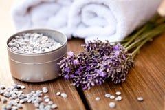 Weißes Tuch des frischen Lavendels und Badesalz auf hölzernem Hintergrund Stockbilder