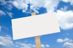 Weißes unbelegtes Zeichen auf einem hölzernen Pfosten Stockfotografie