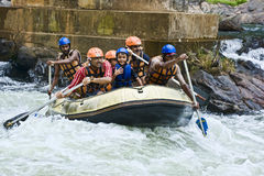 Weißes Wasser, das in Sri Lanka flößt Stockfotos