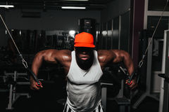 Weight training African doing bodybuilding Royalty Free Stock Photos