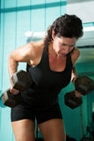 Weightlifter που κάμπτεται θηλυκό πέρα από τις σειρές Στοκ Εικόνες