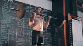 Weightlifter στη γυμναστική απόθεμα βίντεο