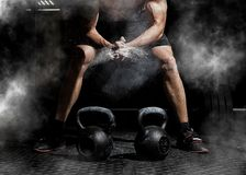 Free Weightlifter Clapping Hands And Preparing For Workout At A Gym Royalty Free Stock Photo - 112033565