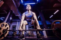 Weightlifter hermoso que se prepara para entrenar Imagen entonada fotos de archivo