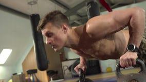 Weightlifter masculino joven que hace pectorales durante entrenamiento en el gimnasio almacen de video