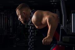 Weightlifter med en enorm metallkedja runt om hans hals arkivbild