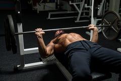 Weightlifter na imprensa de banco foto de stock royalty free