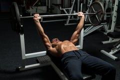 Weightlifter på bänkpress royaltyfri bild