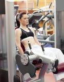 weights lyftande pressen för det attraktiva benet kvinnan royaltyfri foto