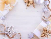 Weißgold-Weihnachtshintergrund mit verzierten Grenzen Stockfotos