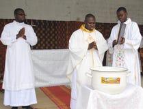 WEIHE EINES PRIESTERS Lizenzfreies Stockfoto